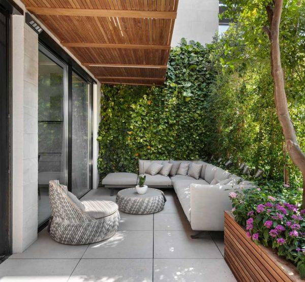 """מרפסת מיני פנטהאוז קומה 6 מתוך 8, 50 מ""""ר. אדריכלות: דורית סלע אדריכלים, צילום: עודד סמדר"""